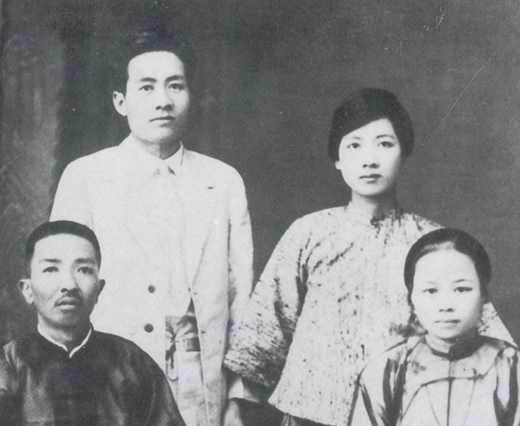 後排站立的就是蔣渭水跟他女友陳甜。陳甜在蔣渭水過世後一直沒有結婚,也沒有其他交往對象,在西門町的寺廟直到過世。